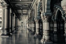 Free Columns Inside Room In Black And White Royalty Free Stock Photo - 82981375