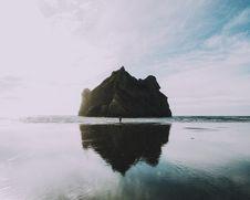 Free Island Off Coast Stock Photography - 82981612