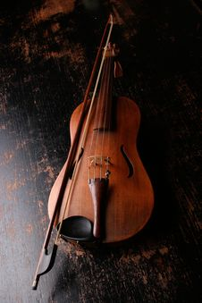 Free Brown Wooden Violin And Violin Bow Royalty Free Stock Photo - 82984935