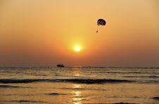 Free Parasailing At Sunset Royalty Free Stock Photo - 82985725