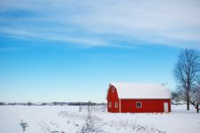 Free Red Barn House In The Middle Of Snow Field During Daytime Royalty Free Stock Photo - 82986485