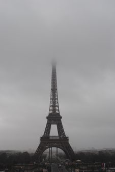 Free Eiffel Tower In Paris On Foggy Day Royalty Free Stock Photography - 82986957