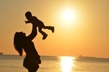 Free Woman Carrying Baby At Beach During Sunset Royalty Free Stock Photos - 82989048