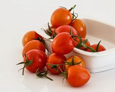 Free Red Tomatoes On White Bowl Royalty Free Stock Photo - 82989525