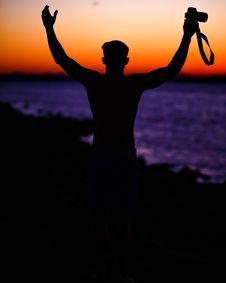 Free Man Holding A Camera During Sunset Royalty Free Stock Photos - 82991528