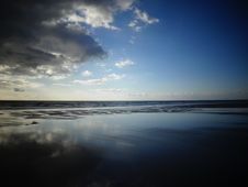 Free Selective Color Photography Of Ocean Overlooking The Horizon Under Blue Sky During Daytime Stock Photos - 82991843