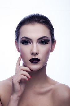 Free Naked Woman In Black Eyeliner And Maroon Lips Royalty Free Stock Images - 82992099