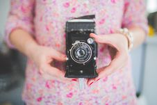 Free Old Analog Camera In Woman S Hands Royalty Free Stock Photos - 82994398
