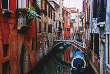 Free Narrow Canal In The City Of Venice Royalty Free Stock Photography - 82995037