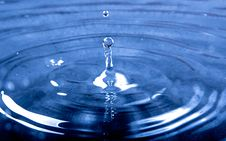 Free Water Drop On To Calm Water Causing Wave Effect Royalty Free Stock Image - 82995056
