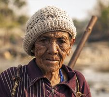 Free Old Man Wearing Brown Beanie Stock Photography - 82996362
