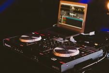 Free Dj S Black Turntable Royalty Free Stock Image - 82997496