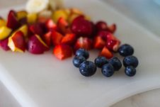 Free Black Berries With Sliced Fruits On White Plate Stock Photography - 82997942