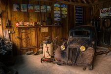 Free Antique Car In Old Garage Royalty Free Stock Photography - 82998217