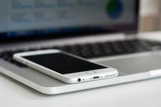 Free Silver Iphone 6 In Macbook Pro Stock Photo - 82998800