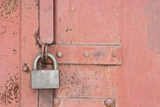 Free Lock On An Old Red Gate Royalty Free Stock Photos - 834318