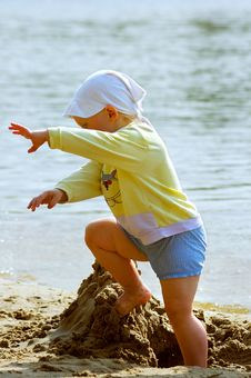 Free Baby Girl Playing On The Sea Shore Stock Photos - 838353