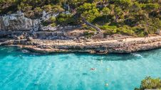 Free Rocky Coastline On Sunny Day Royalty Free Stock Images - 83009269