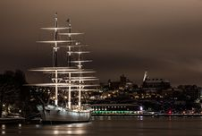 Free White Ship On Port At Night Stock Photo - 83009370