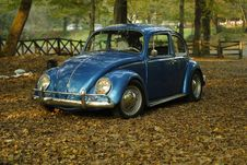 Free Blue VW Beetle In The Park On Autumn Leaves Stock Images - 83010924