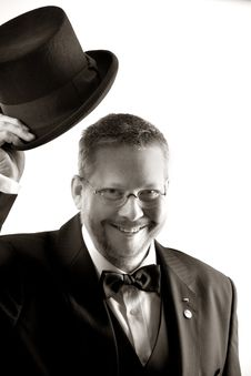 Free Man In Tuxedo And Eyeglasses Holding Top Hat In Grayscale Royalty Free Stock Image - 83011046