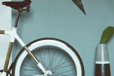 Free Brown And Silver And Black Hard Tail Bike Near Gray And Black Vase Royalty Free Stock Images - 83011399