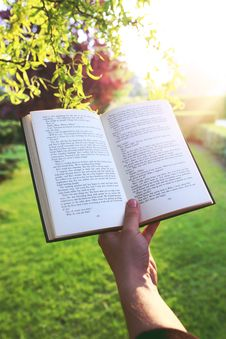 Free Book In The Hand Stock Photography - 83011732