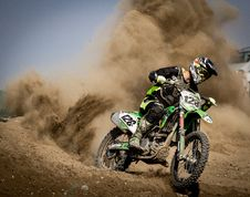 Free Rider Riding Green Motocross Dirt Bike Stock Photography - 83012062
