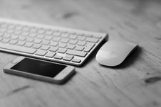 Free White Keyboard IPhone And Mouse Stock Photos - 83012173