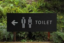 Free Toilet Signage Beside Green Leaf Stock Photo - 83013340