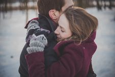Free Couple In Winter Embrace Stock Images - 83014584