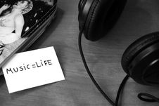 Free Headphones And Message Beside Royalty Free Stock Photography - 83015887