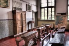 Free Vintage School Desks In Classroom Royalty Free Stock Photography - 83019627