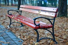 Free Black And Red Park Bench Near Grey Concrete Pathway Royalty Free Stock Photo - 83020755