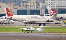 Free International Airport Runway Stock Images - 83041344