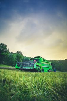 Free Green Harvester On Green Rice Field Under Blue And White Sky During Daytime Stock Images - 83059454