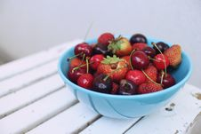 Free Assorted Berries In Blue Ceramic Bowl Stock Photo - 83060160