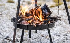 Free Firewood Burning In Black Steel Round Tray Royalty Free Stock Photo - 83061605