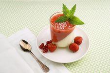 Free Strawberry Parfait Royalty Free Stock Image - 83061626