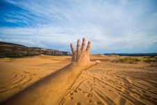 Free Human Left Hand Over Brown Sand At Desert Over White And Blue Sky During Daytime Royalty Free Stock Photography - 83062517