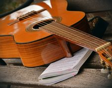 Free Brown Acoustic Guitar On White Music Note Book Stock Image - 83063271