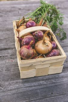 Free Red Onion On Rectangular Basket Royalty Free Stock Image - 83063706