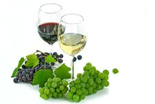 Free Clear Long Stem 2 Wine Glass With Blue Green Grapes Below Royalty Free Stock Images - 83064009