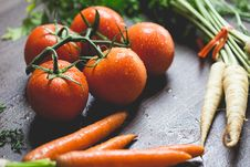 Free Tomatoes, Carrots And Radish On The Top Of The Table Stock Photos - 83064163