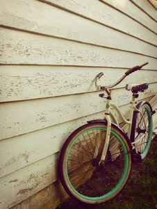 Free White And Teal Beach Cruiser Bike Beside White Painted Wooden Wall Stock Photos - 83068133
