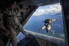 Free Militray Men Sky Diving Royalty Free Stock Photos - 83074738