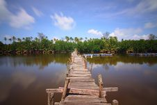 Free Wooden Bridge Over Lake Stock Photo - 83075090