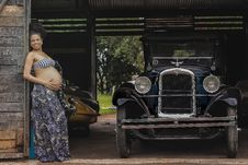 Free Pregnant Woman Standing Beside Post Near Classic Car At Daytime Royalty Free Stock Photo - 83075795