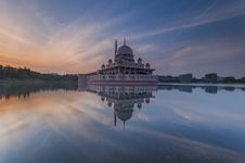Free White Dome Building Reflected On Water Royalty Free Stock Image - 83077126