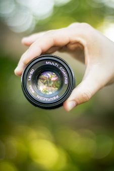 Free Hand Holding Camera Lens Royalty Free Stock Photography - 83077727